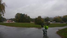 Bild: 28 september: Regn är cykelväder. Idag hade det tagit     2-3 timmar till jobbet med buss el bil. Med cykel tog det knappt     40 min som vanligt.