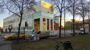 Bild: 6 december vid Valhallavägen: KMHs ganska nya     lokaler.