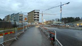 Bild: 9 december: Även vid Arlabacken fortskrider     byggandet.