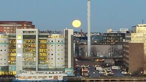 Bild: 14 december: Fullmåne över liljeholmen.
