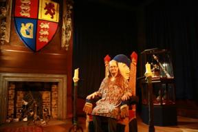 Bild: Katarina på en tron i Kensington Palace.