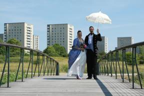 Bild: Brudpar på bro.  Foto: Harald Barth.