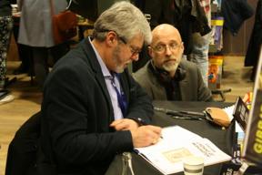 Bild: Achdé signerar åt Göran Semb.