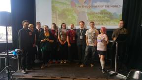 Bild: Arrangörer och volontärer tar emot en välförtjänt     applåd.
