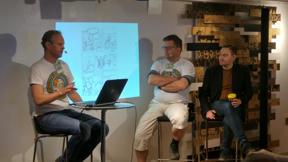Bild: Per Demervall och Patrik Nyström berättar för     Fabian Göransson om Siri och Vikingarna.