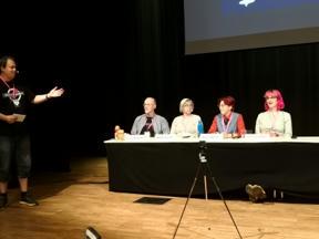 Bild: Håkan Wester presenterar hedersgästerna       Michael Petersén, Gunilla Jonsson, Annalee Newitz, och       Charlie Jane Anders.