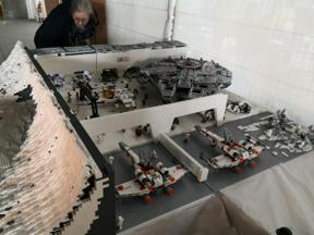 Bild: Katarina studerar Hoth-basen i Lego
