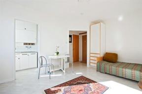 Bild: Lättmöblerat rum med generöst ljusinsläpp