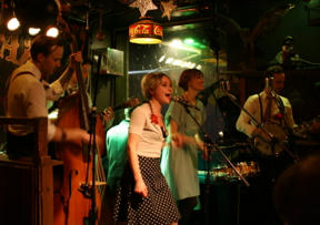 Bild: Annika Mellin, gästande sångerska från Mad Men Band. Dito     pianist skymtar i bakgrunden