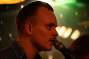 Bild: David Ritschard, gästande sångare från Spinning Jennies