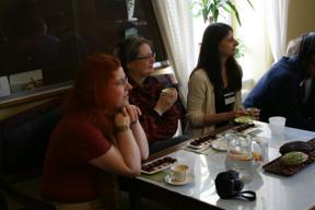 Bild: Cheryl, Katarina and Tricia keenly listening.