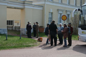 Bild: Most of the excursion participants outside the old post house       containing the chocolaterie.